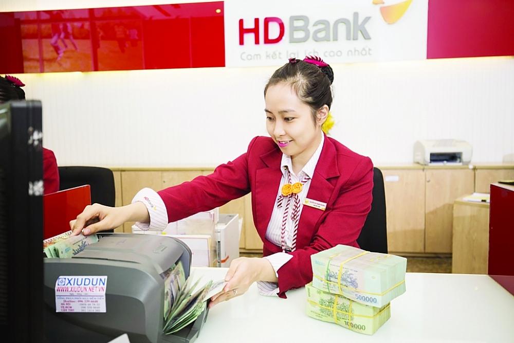 Lãi suất ngày càng giảm, tiền vẫn đổ về ngân hàng