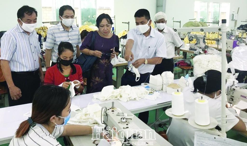 Doanh nghiệp dệt may TPHCM tích cực sản xuất khẩu trang vải chống dịch