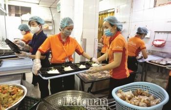Chăm lo từng bữa ăn cho  người dân trong khu cách ly