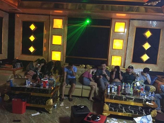 73 nam nu tu bay lac trong quan karaoke treo bien dong cua giua dich covid 19
