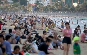 Bãi biển Nha Trang đông nghịt người giữa dịch Covid-19