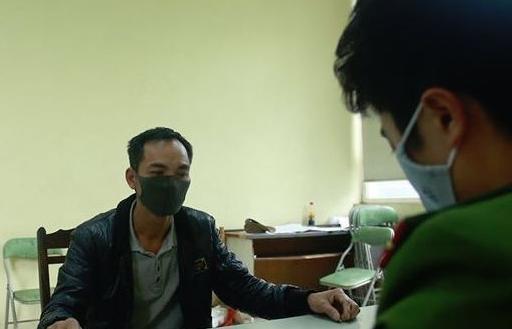 khoi to nguoi vut 14 thung chua chat thai nguy hai xuong song hong