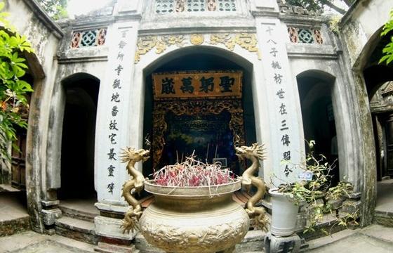 Tượng ông Sấm kỳ lạ ở chùa Bà Tấm