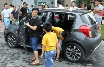 Khách hàng chen nhau lái thử xe VinFast Fadil