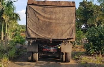 Bắt quả tang xe container đổ trộm hàng chục tấn chất thải nguy hại