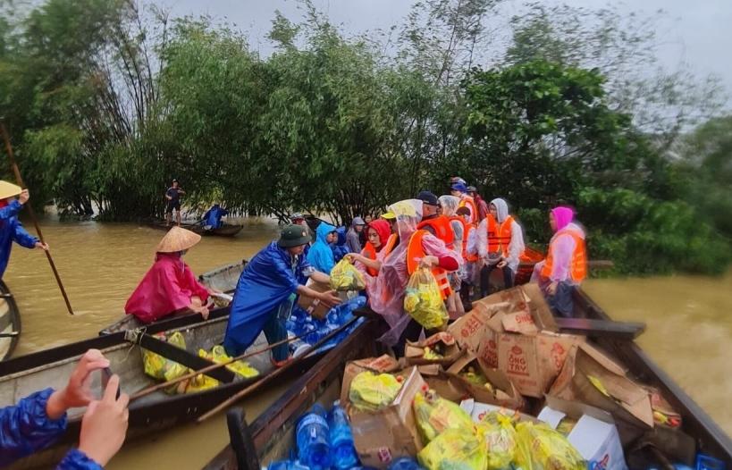 Những gói quà nặng nghĩa tình đến với người dân vũng lũ Quảng Bình