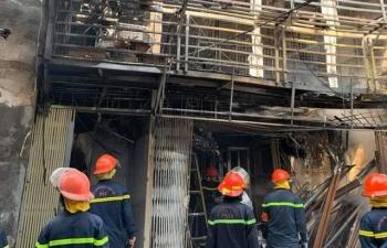 Xe chở bình gas nổ lớn, cháy lan sang 4 nhà dân ở Hà Nội