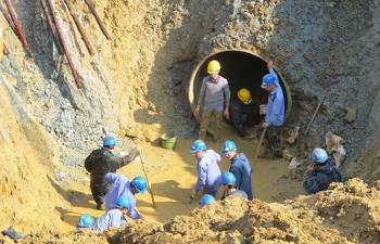 Hàng vạn hộ dân Hà Nội lại mất nước do đường ống sông Đà gặp sự cố