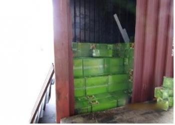 Ba tấn thuốc lá trong vách giả container