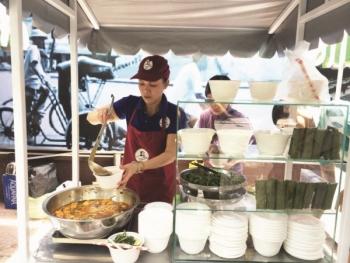 Trải nghiệm văn hóa ẩm thực mới của người Sài Gòn tại phố hàng rong