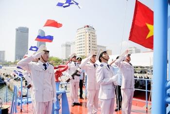 Hình ảnh thượng cờ trên tàu cao tốc của Hải quan tại Đà Nẵng