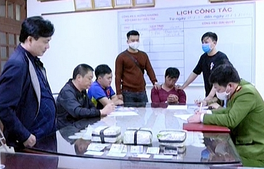 Lào Cai: Bắt giữ đối tượng dùng xe máy vận chuyển 3 kg ma túy đá