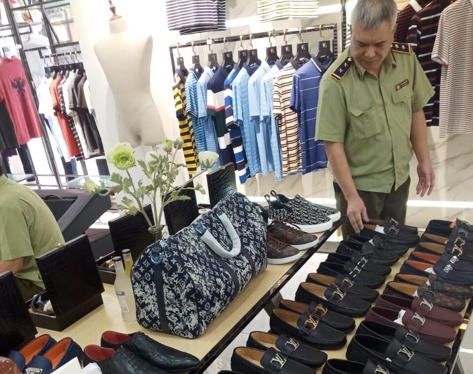 Lực lượng QLTT tỉnh Lào Cai thực hiện kiểm tra hàng hóa tại cơ sở kinh doanh