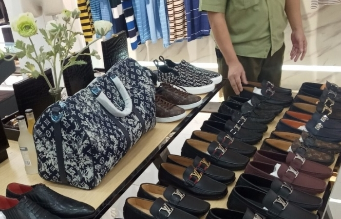 Phát hiện nhiều hàng giả nhãn hiệu Nike, Adidas, Gucci, Burberry
