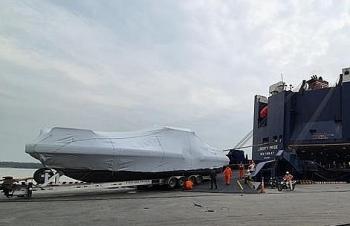 Xếp dỡ thành công lô hàng 6 chiếc xuồng tại cảng Tân Vũ, Hải Phòng