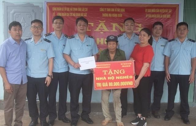 Hải quan Bát Xát tặng nhà tình nghĩa cho hộ nghèo