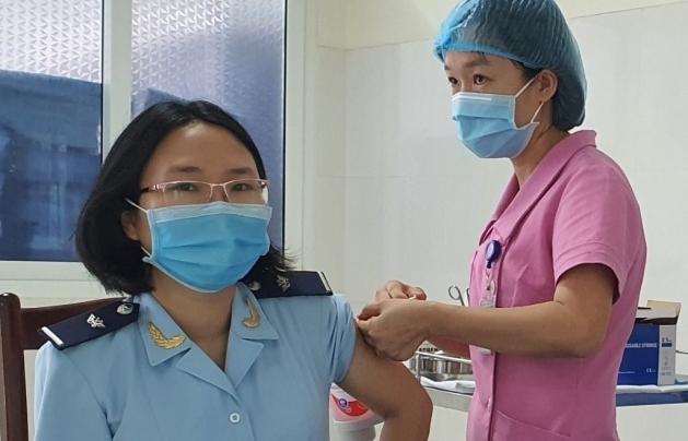 Tiêm vắc xin phòng Covid-19 cho công chức Hải quan Lào Cai