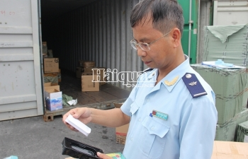 Cận cảnh container phụ kiện điện thoại Trung Quốc giả mạo xuất xứ Việt Nam