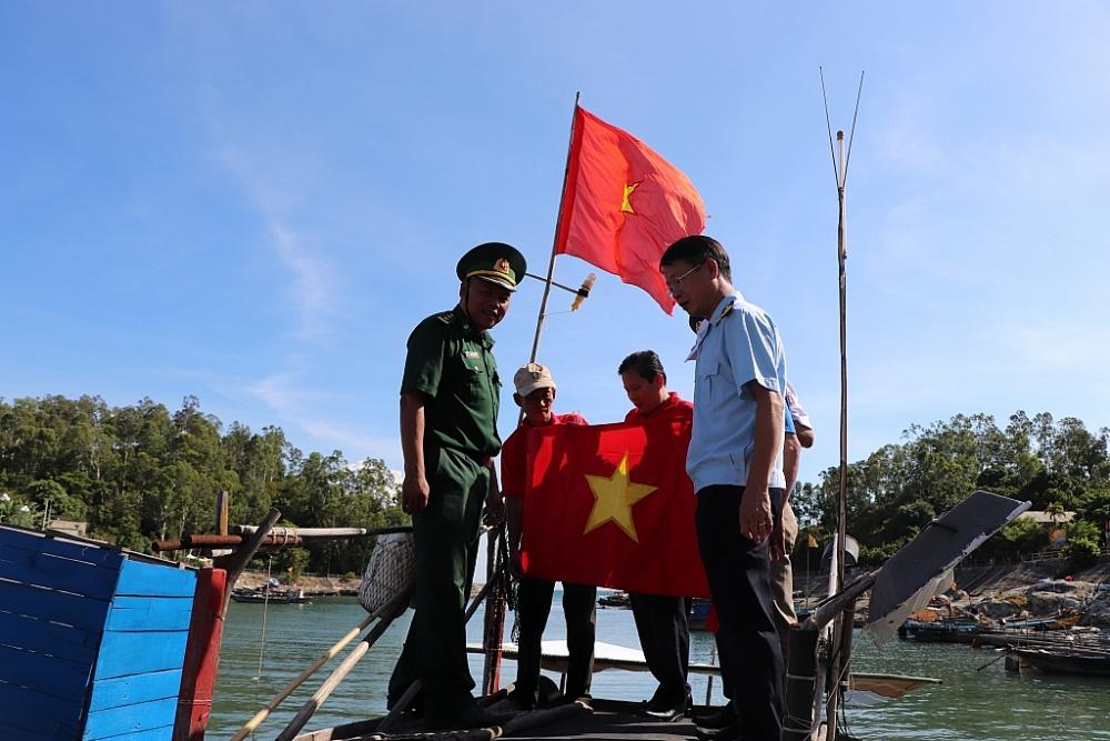 """Hải đội 2 tham gia chương trình """"Đồng hành cùng ngư dân"""""""
