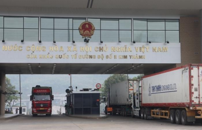 Vừa chống dịch Covid, vừa đảm bảo thông quan 500 xe hàng/ngày tại cửa khẩu quốc tế Lào Cai