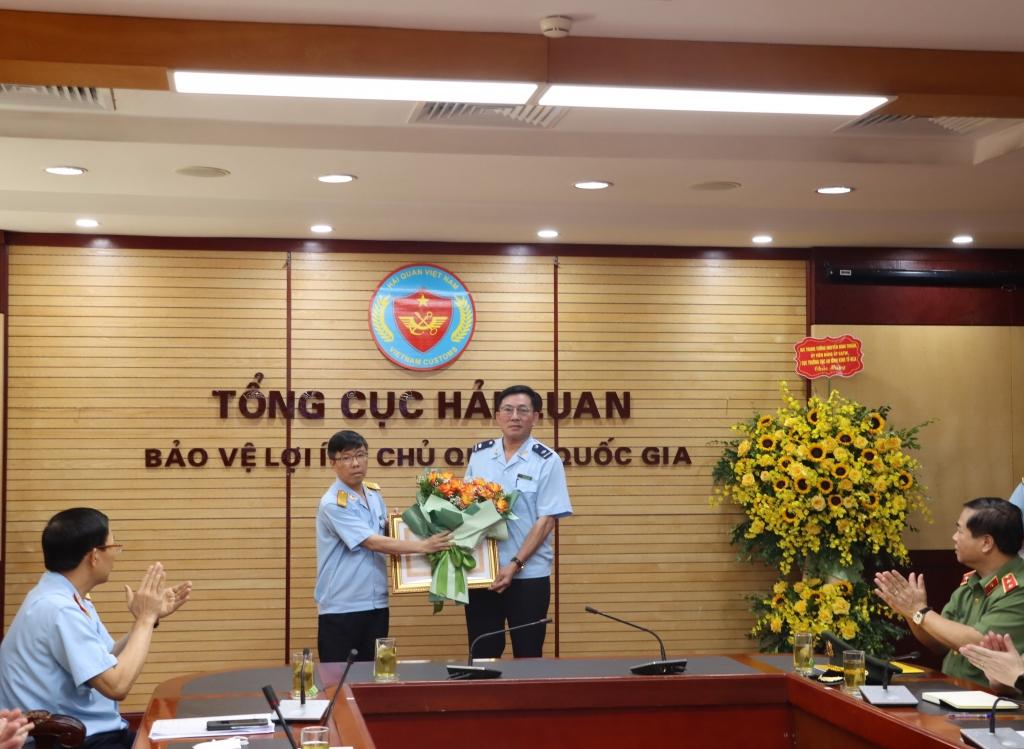 Tặng Huân chương Chiến công cho một số cá nhân và Đội 5 thuộc Cục Điều tra chống buôn lậu