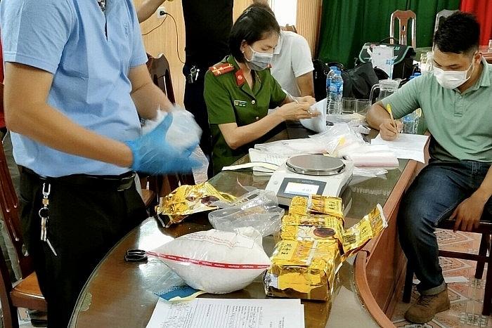 Hải quan Hải Phòng phối hơp bắt giữ các đối tượng mang súng đi buôn 5 kg ma túy