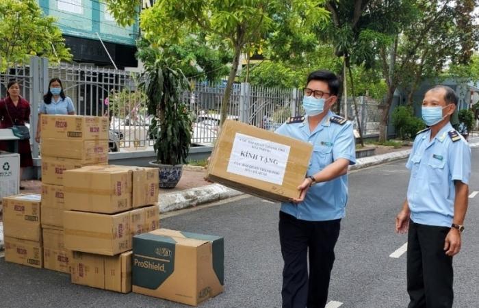 Hải quan Hải Phòng ủng hộ Hải quan TPHCM 20.000 khẩu trang y tế