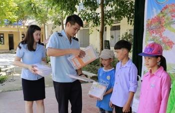 Thanh niên Hải quan Hải Phòng tặng quà ở địa bàn đặc biệt khó khăn của Hà Giang