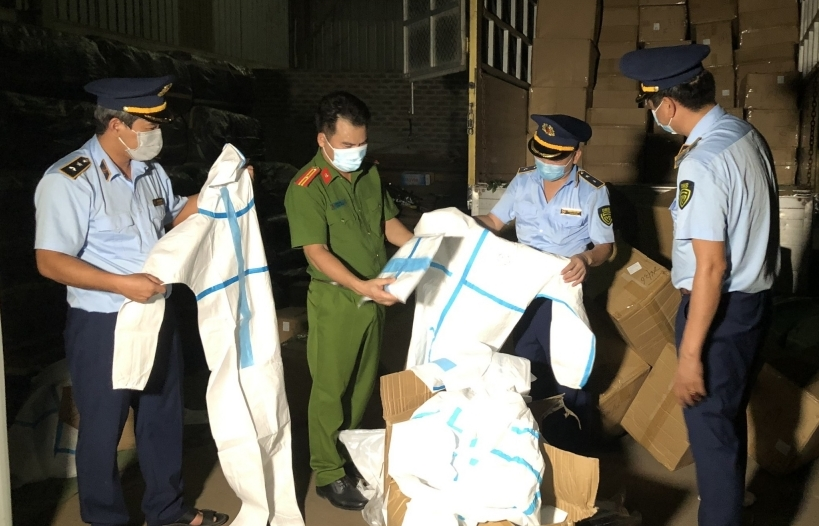 Bắt giữ hơn 8.000 bộ đồ bảo hộ y tế không rõ xuất xứ