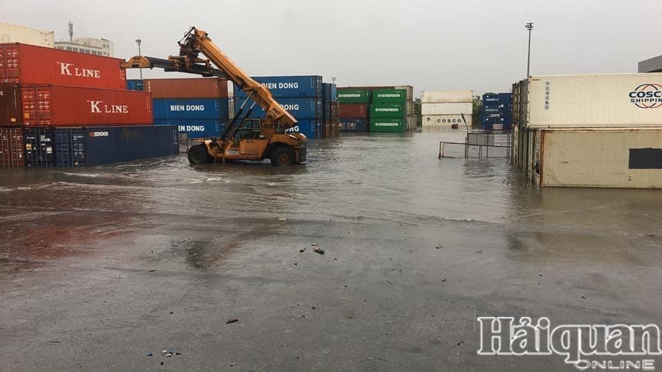 Hải Phòng: Chật vật làm thủ tục xuất nhập khẩu vì mưa lớn