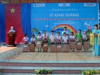 Hải quan Cao Bằng tặng quà cho học sinh dịp năm học mới