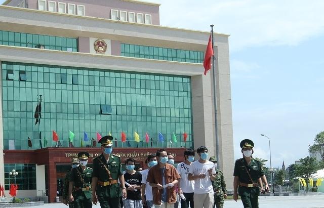 113 người Trung Quốc ở bất hợp pháp tại TP HCM được trả về qua cửa khẩu Lào Cai