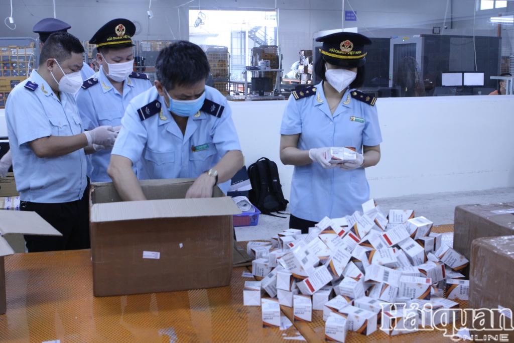 Hải quan bắt giữ hơn 60.000 viên thuốc điều trị Covid-19 ngụy trang hàng quà biếu, tặng