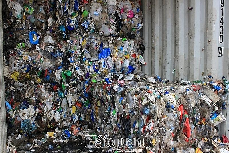 giam gan 11000 container phe lieu tai cang bien