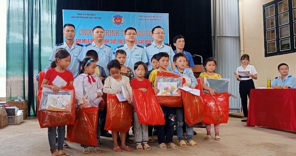 Thanh niên Hải quan tặng quà tại huyện biên giới Lào Cai