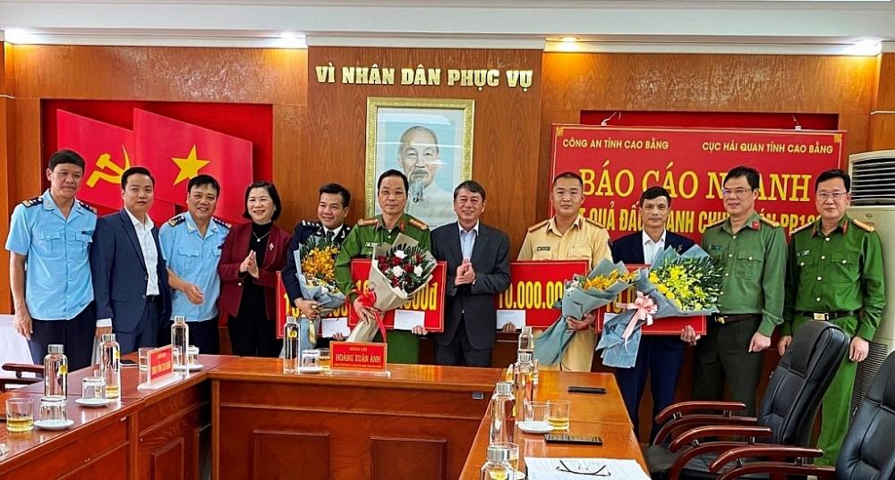 Tặng Giấy khen 11 cá nhân có thành tích bắt 25 bánh heroin tại Cao Bằng