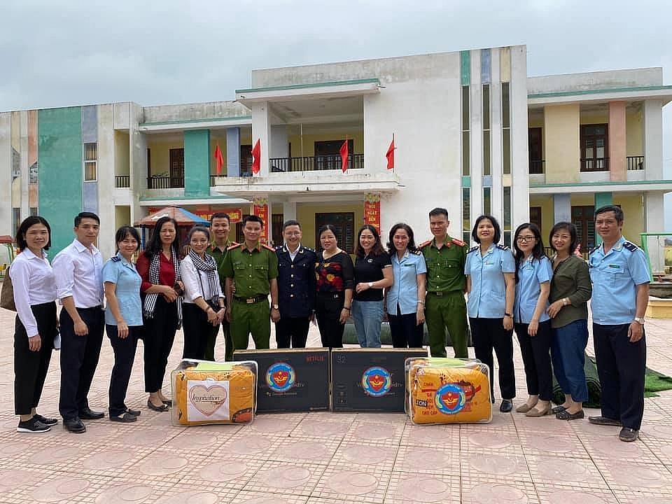 Công chức hải quan và hành trình thiện nguyện về vùng lũ miền Trung!