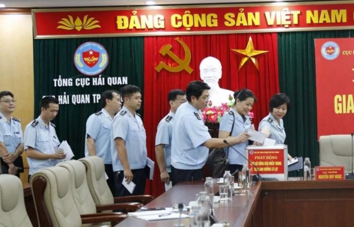 Hải quan Hải Phòng ủng hộ đồng bào miền Trung hơn 700 triệu đồng