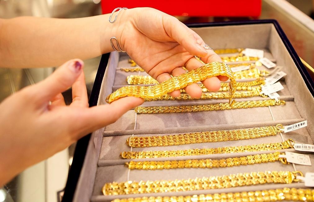 """Vàng và USD chờ đợi """"động lực"""" để đi lên"""