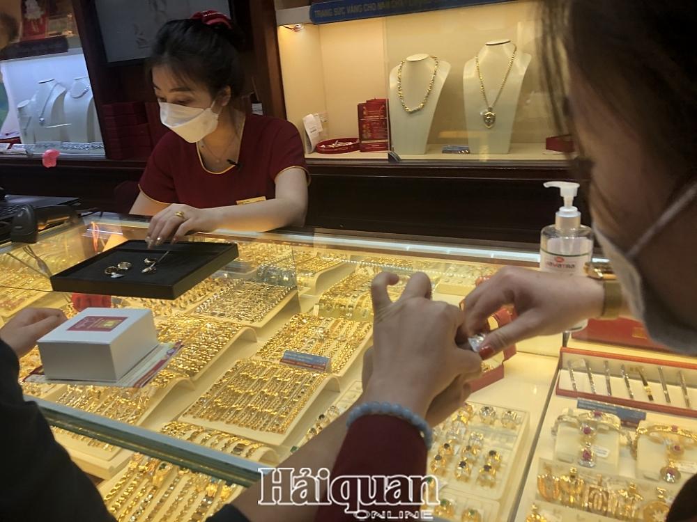 Giá vàng trong nước đang cao hơn nhiều giá vàng thế giới. Ảnh: H.Dịu