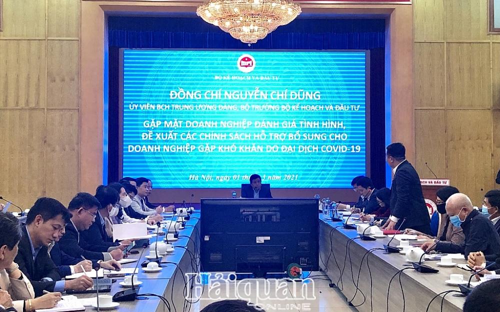 Bộ trưởng Nguyễn Chí Dũng đang lắng nghe ý kiến của các doanh nghiệp, hiệp hội. Ảnh: H.Dịu