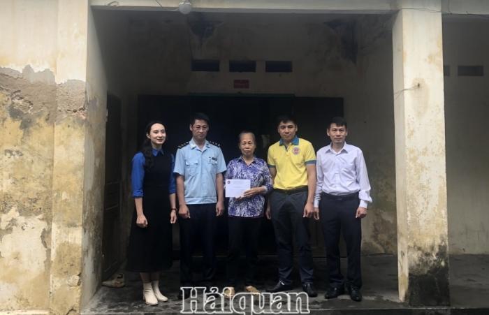 Thanh niên Hải quan trao quà hỗ trợ gia đình có hoàn cảnh khó khăn tại Hải Phòng