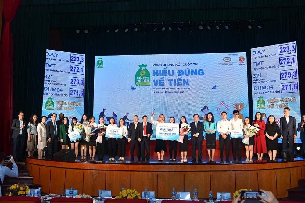 Ban tổ chức trao giải cho các đội thắng cuộc.