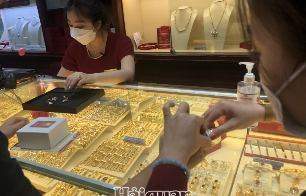 Chỉ số USD giảm nhanh, vàng quay đầu tăng