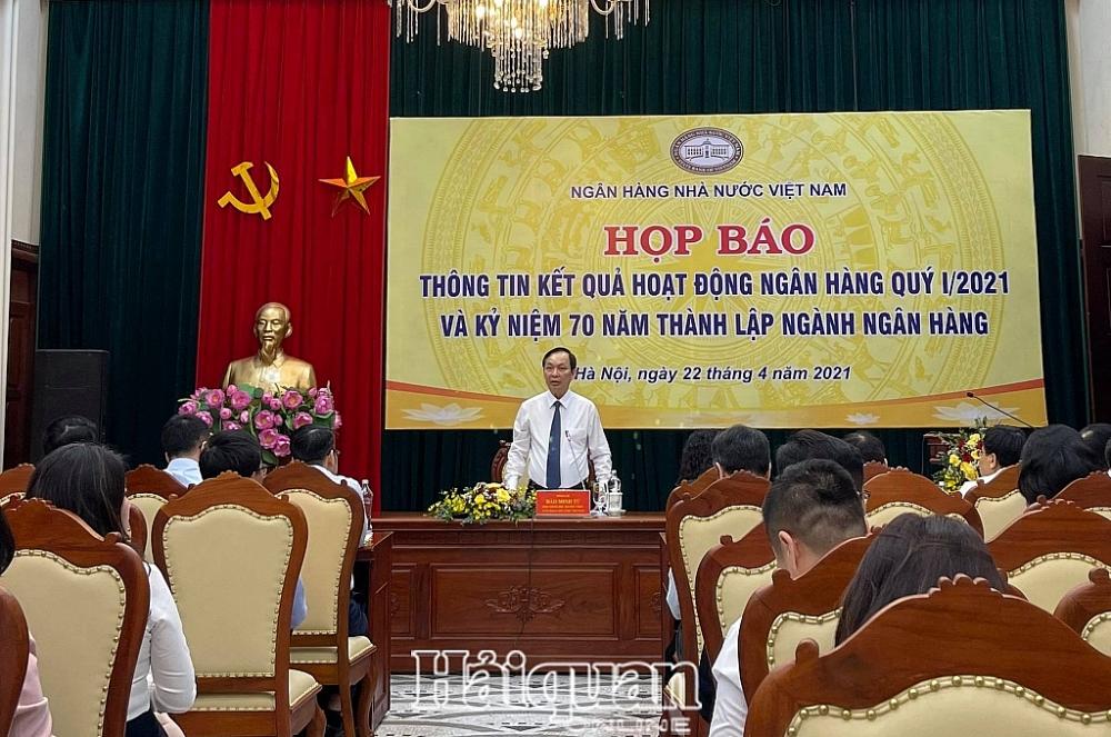 Phó Thống đốc NHNN phát biểu tại buổi họp báo. Ảnh: H.Dịu
