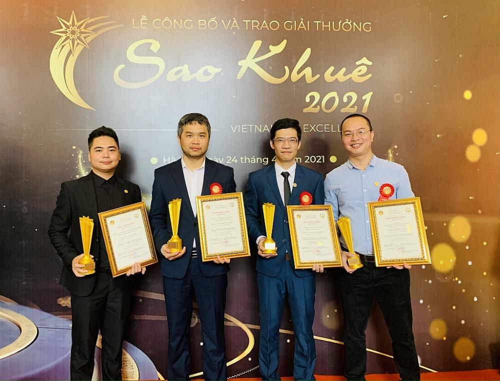 Đại diện đội ngũ phát triển nền tảng số của NOVAON nhận Giải thưởng Sao Khuê 2021.