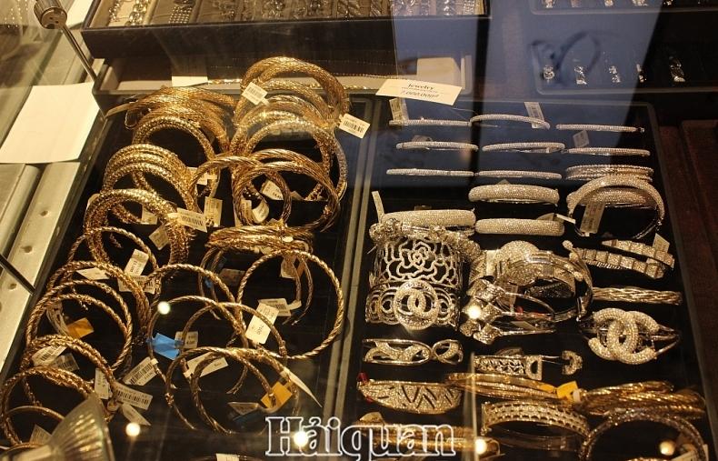 Cuối tuần, giá vàng giảm mạnh hơn 100 nghìn đồng/lượng