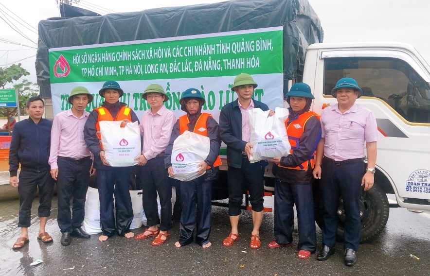 Thống đốc NHNN yêu cầu ngân hàng hỗ trợ người dân khắc phục hậu quả mưa lũ