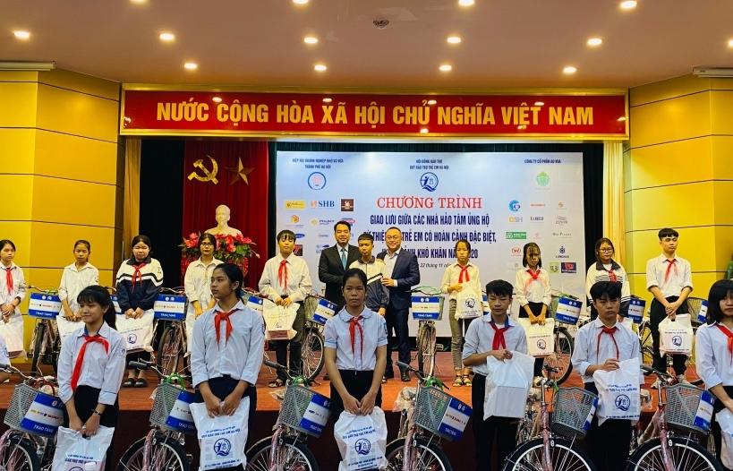 Hà Nội trao 321 suất quà cho trẻ em nghèo vượt khó