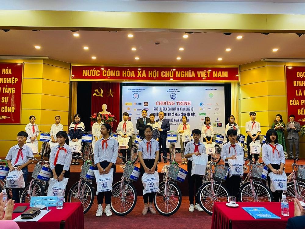 Các đại biểu tặng xe đạp và kinh phí hỗ trợ học tập cho trẻ em có hoàn cảnh khó khăn.